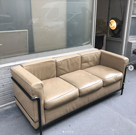 V Beau canapé 3 places Lc2 édition Cassina par Le Corbusier