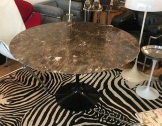 Superbe table Saarinen marbre marron Emperador