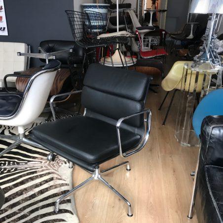 Stock important de fauteuils Eames EA 208 cuir noir édition Vitra