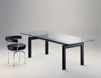 Plusieurs tables lc6 design Le Corbusier Perriand Jeanneret, éditions Cassina