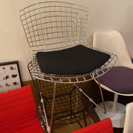 Plusieurs chaises Bertoia édition Knoll galette noir