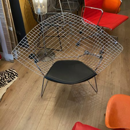 icône du design, fauteuil Bertoia Grand Diamond édition Knoll Studio récente.